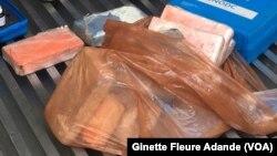 Les 18 kg de drogue découverts dans le container, à Cotonou, Bénin, le 30 octobre 2016. (VOA/Ginette Fleure Adande)