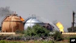 Petugas memadamkan kebakaran di sebuah PLTG di Taji, 20 kilometer dari utara Baghdad, Irak (15/5).