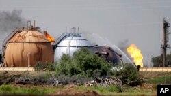 Tras la explosión, otra camioneta que transportaba seis terroristas con chalecos explosivos, se metió en las instalaciones de la planta.