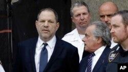 هاروی واینستاین، در کنار وکیل خود، بنجامین بارفمن، در دادگاه جنائی نیویورک (۹ جولای) - احتمال ۲۵ سال حبس