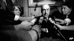 Пабло Неруда ( в центре). Париж, Франция. 21 октября 1971 г.