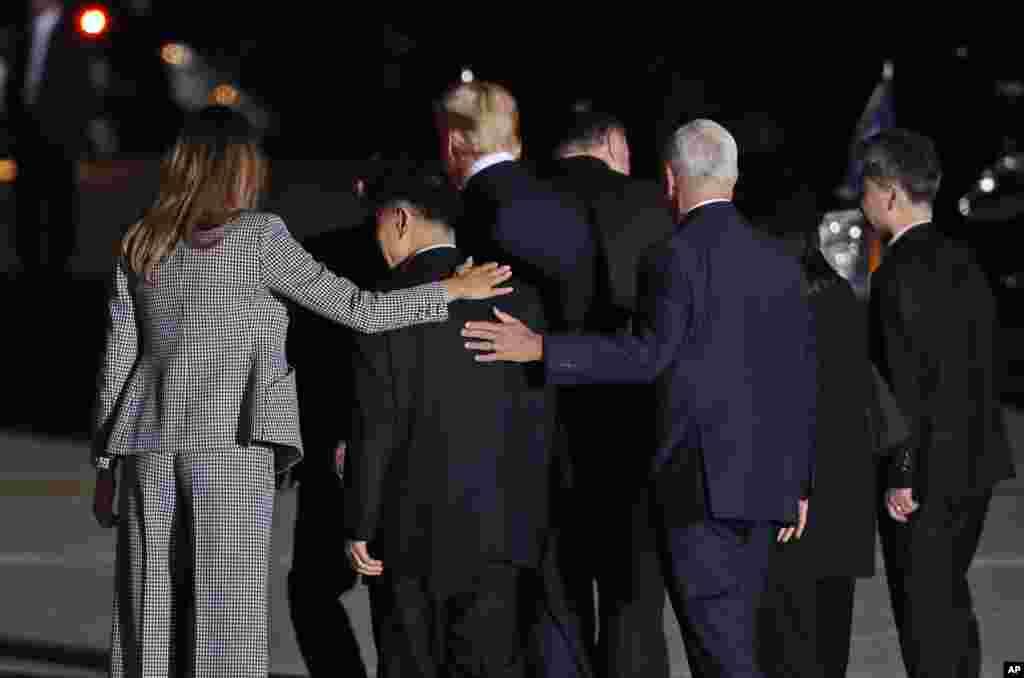 Первая леди США Мелания Трамп и вице-президент Майк Пенс обнимают вернувшегося из заключения в северокорейской тюрьме Тони Кима. Вместе с ними идут президент США Дональд Трамп, госсекретарь США Майк Помпео и двое других освобожденных Северной Кореей американцев –Ким Хак Сон и Ким Дон Чхоль. 10 мая, авиабаза Эндрюс, штат Мэриленд