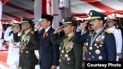 Presiden Joko Widodo dalam upacara hari ulang tahun (HUT) Tentara Nasional Indonesia (TNI) ke-72 di Dermaga Indah Kiat, Cilegon, Provinsi Banten, 5 Oktober 2017. (Foto courtesy: Biro Pers Kepresidenan RI)