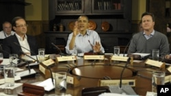 El presidente Obama junto al mandatario francés, Francois Hollande, (izq.), y el primer ministro británico, David Cameron (der.)