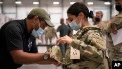 미 노스캐롤라이나주 포트브래그에 위치한 육군 제 82공수사단 여군(오른쪽) 병사가 '모듈식조정조끼(modular scalable vest)'를 착용하고 있다.