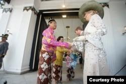 Sri Sultan menyambut kedatangan Raja dan Ratu Belanda dengan pakaian Taqwa dan Kuluk Kanigoro. (Foto: Humas Pemda DIY)