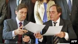 Прем'єр-міністр Педру Пасуш Коелью (зліва) і лідер Народної партії обмінюються документами про створення коаліційного уряду