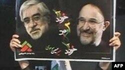 Một phụ nữ giơ cao bức ảnh của 2 nhà cải cách và cũng là 2 lãnh tụ đối lập Iran Mir Hossein Mousavi (trái) và Mehdi Karroubi