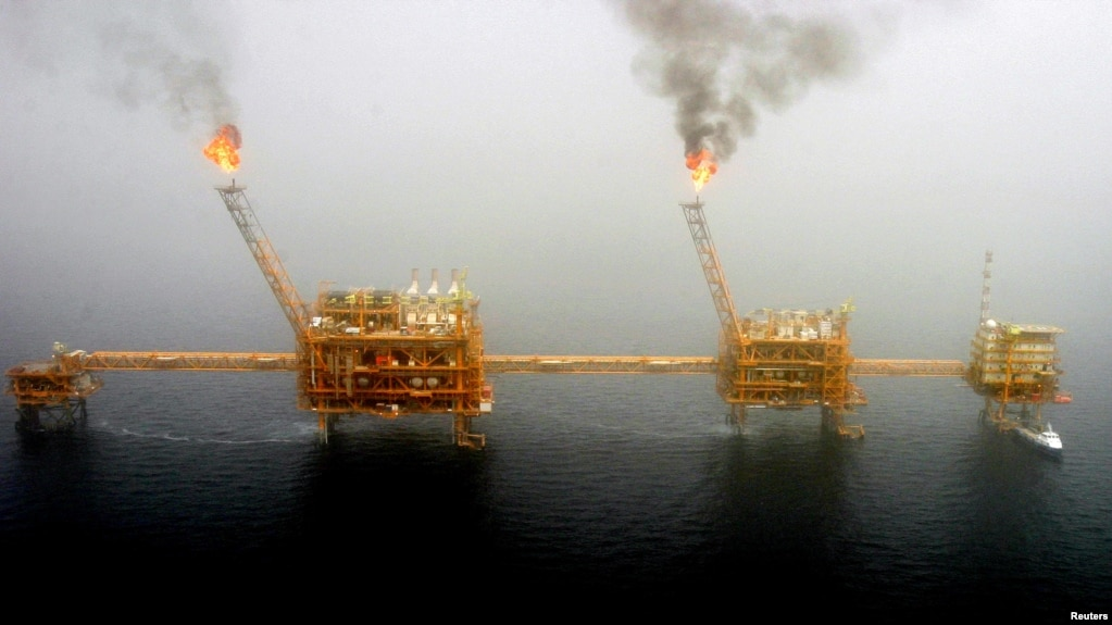 Archivo - Plataforma de producción de petróleo en el Golfo Pérsico.