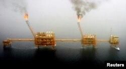 Видобуток нафти з родовища Сорогус на південь від Тегерана, 2005