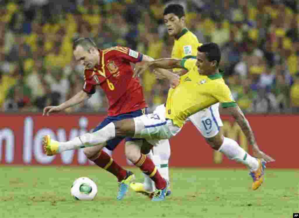 Espanhol Andres Iniesta (esq) e o brasileiro Luiz Gustavo lutam pela bola durante a final da Taça das Confederações no Maracanã.