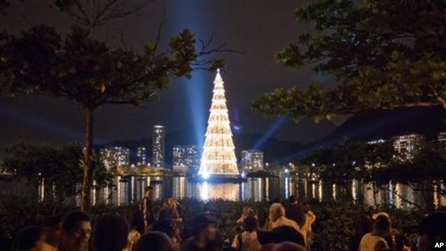 Cây Giáng Sinh nổi trên mặt nước cao nhất thế giới được thắp sáng tại hồ Lagoa ở Rio de Janeiro.