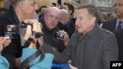 Робин Уильямс с поклонниками на премьере фильма «Делай ноги-2» в Лондоне