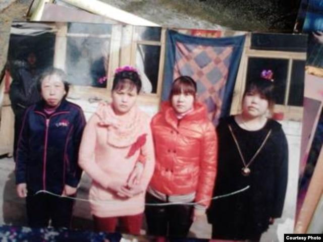 Bà Thào Thị Tráng mặc áo phông đỏ đứng thứ 2 từ phải qua. Bà Thào là một tay buôn người chuyên nghiệp thường xuyên cung cấp gái cho những người Trung Quốc muốn lấy vợ Việt Nam