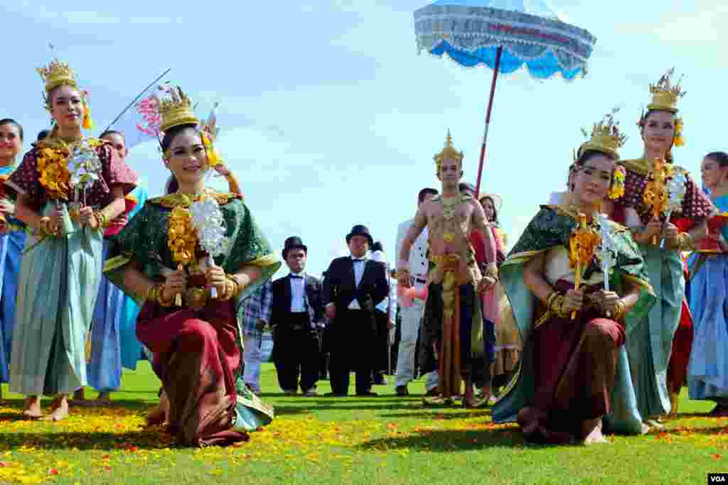 A Thai dance troupe poses prior to the elephant polo match, 2014 King's Cup Elephant Polo Tournament in Samut Prakan province, on the outskirts of Bangkok, Aug. 28, 2014. (Steve Herman/VOA).