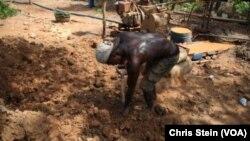 Un mineur creuse à l'aide d'une pelle dans une petite mine à Atunso, Ghana, 16 octobre 2014.