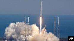 지난 8일 미국 플로리다주의 케네디우주센터에서 스페이스X 사의 팰컨9 로켓이 발사되고 있다.