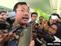 Menkes Dr Terawan memberi pertanyaan seputar perkembangan virus Corona Usai Ratas di Kantor Presiden , Jakarta, Selasa (28/1) (Foto: VOA/Ghita)