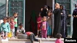 Para perempuan dan anak-anak Suriah kembali ke rumah mereka di Manbij, Aleppo setelah ISIS mundur dari kota ini.