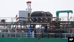 马来西亚海事警察在巴生港检查一艘在马六甲海峡遭抢劫的新加坡油轮。(2014年4月23日)