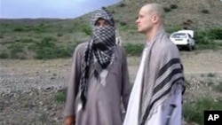 Image prise à partir d'une video obtenue par le site internet La Voix du Djihad. Le sergent Bowe Bergdahl avec un taliban dans l'est de l'Afghanistan. (AP Photo/Voice Of Jihad Website via AP video)