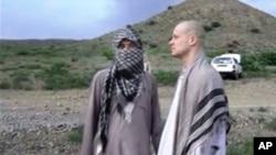 تصویری از بو برگدال سرباز آمریکایی (راست) در ویدئوی منتشر شده توسط طالبان در ۱۴ خرداد ۱۳۹۳
