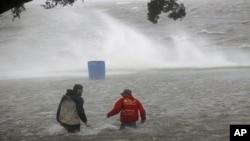 Các khu vực dọc theo bờ biển đang phải đối mặt với các đợt triều cường nguy hiểm