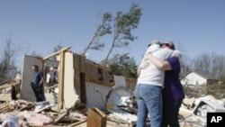 Bà Shelia Skaggs và Kelly Hatheway đứng giữa cảnh nhà cửa đổ nát sau trận lốc xoáy