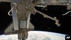 НАСА го подготвува шаталот Дискавери за последната мисија