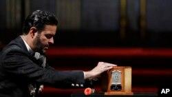 El cantante Pablo Montero presenta sus respetos a los restos de su colega Juan Gabriel, en el Palacio de Bellas Artes en Ciudad de México.