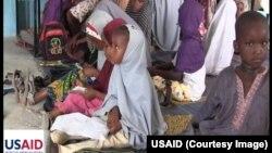 Anak-anak pengungsi Nigeria yang mengungsi untuk menghindari konflik belajar di sebuah kelas darurat yang dikelola LSM Amerika (foto: dok).