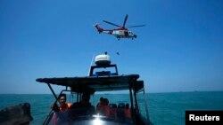 Helikopter milik Malaysia melakukan operasi pencarian korban di perairan lepas pantai Malaysia (Foto: dok). Sebuah kapal bermuatan pekerja Indonesia dari Malaysia terbalik dalam cuaca buruk akibat badai, Rabu (2/10).