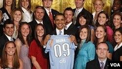 Jugadoras de fútbol junto al presidente Barack Obama, a quien le regalaron una camiseta hecha a medida.