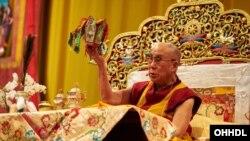 達賴喇嘛星期一在瑞士巴素爾發表演講。