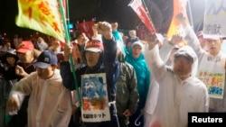 지난해 10월, 일본 오키나와 미군 기지 입구서 일본 여성 성폭행 사건을 규탄하는 주민들.