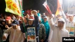 일본 오키나와 섬 미군 주둔지의 입구 앞에서 주민들이 미군의 일본여성 성폭행을 규탄하는 시위를 벌이고 있다. (자료사진)