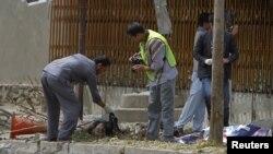 Polisi Afghanistan melakukan penyidikan di lokasi serangan bom bunuh diri di Kabul, Sabtu (8/9).