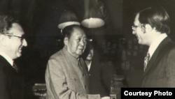 1973年在毛泽东书房,左为基辛格博士(洛德提供)