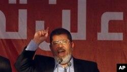 29일 이집트 카이로의 타흐리르 광장에서 취임 연설을 하는 모하메드 무르시 신임 대통령.