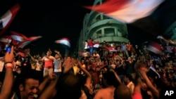 Противники Мухаммеда Морси празднуют рядом с президентским дворцом в Каире, Египет, 3 июля 2013.