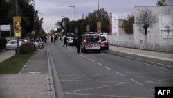 Polisi mengamankan lokasi terjadinya insiden di mana seorang pria menabrakkan mobilnya ke arah 3 mahasiswa China di Blagnac, dekat Toulouse, Perancis selatan.