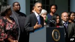 El presidente Barack Obama, acompañado de la secretaria de Salud y Servicios Humanos, Kathleen Sebelius y personas beneficiadas por la la ley de Salud, habla en la Casa Blanca.