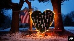 Un cœur en papier en souvenir de la tragédie de Sandy Hook, Connecticut, 14 décembre 2013