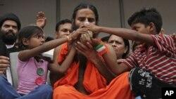 Baba Ramdev (tengah) guru yoga terkenal di India mengakhiri mogok makan 6 hari dengan minum segelas sari buah, namun bertekad terus berjuang melawan korupsi (14/8).