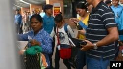 Beberapa perempuan dan anak perempuan Nepal yang berhasil diselamatkan dari perdagangan manusia di India, tiba di bandara Kathmandu (foto: ilustrasi).