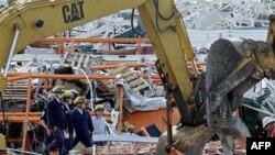 Toán cứu hộ nỗ lực làm việc sau trận lốc ở Joplin