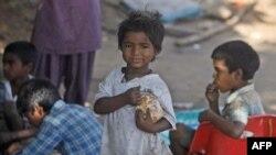 Deca jedu na ulici u gradiću Hajderabad u Indiji