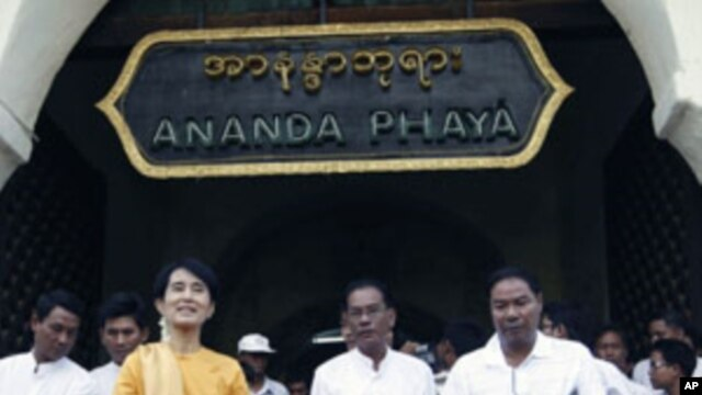Pro-democracy leader Aung San Suu Kyi and her son Kim Aris (not pictured) visit the ancient Ananda Pagoda in Bagan, Burma, July 5, 2011.