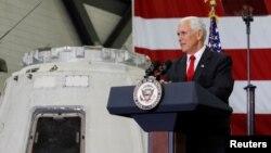 امریکی نائب صدر مائک پینس فلوریڈا کے کینیڈی سیس سینٹر میں تقریر کررہے ہیں۔ 6 جولائی 2017