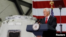 Le vice-président américain Mike Pence s'exprime à côté d'une capsule de SpaceX Dragon au Kennedy Space Center, en Floride, le 6 juillet 2017. (Reuters / Mike Brown)